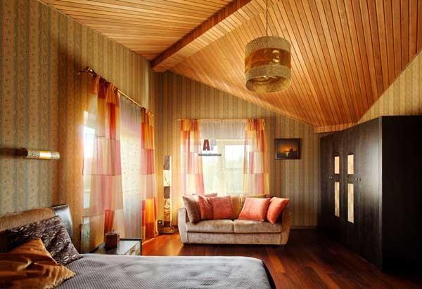 деревянный потолок из профилированной доски.