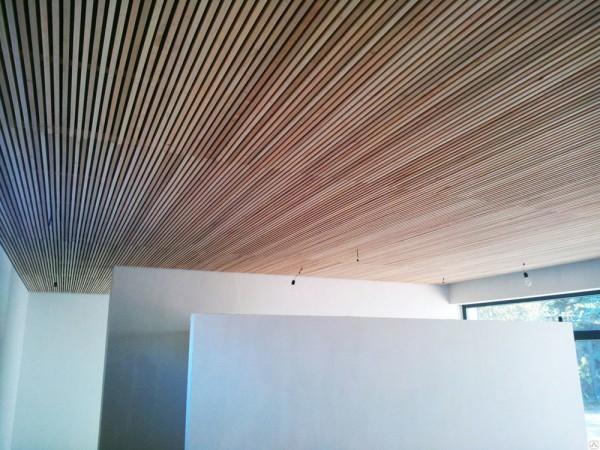 деревянный потолок из реек.