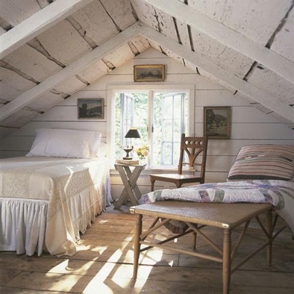 деревянный Потолок из необрезной доски.