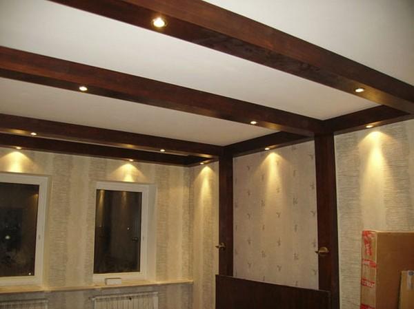 деревянный потолок Армстронг со встроенными светильниками.