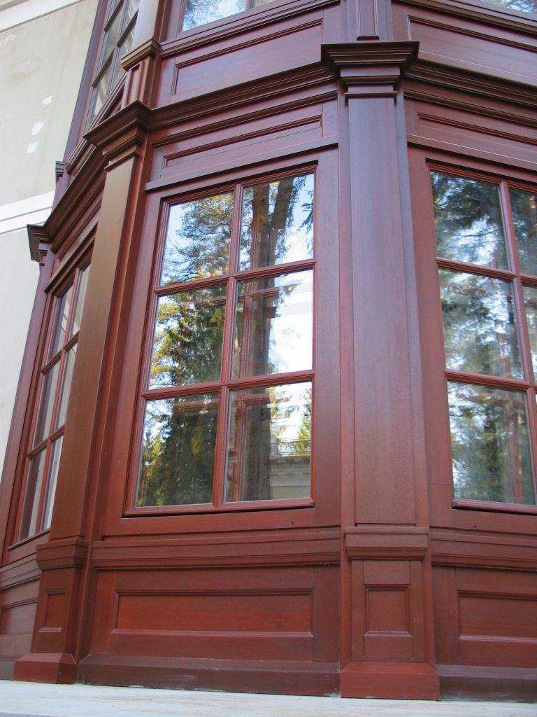 Дубовые окна с декоративной раскладкой и дубовая обналичка для загородного дома