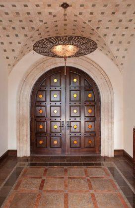 Арочная двупольная филенчатая входная дверь