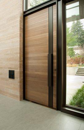 Широкая однопольная входная дверь с декоративной вставкой