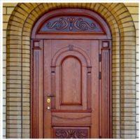 Арочная входная дверь с резными элементами