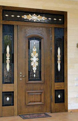 Однопольная входная дверь с глухими вставками витражного стекла