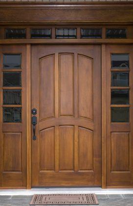 Однопольная входная дверь с карнизом, наличниками и глухими вставками стеклопакетов с фацетом