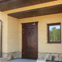 Однопольная входная дверь с карнизом и наличниками