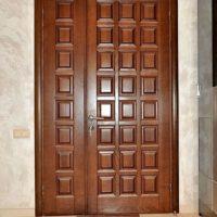 Полуторная филенчатая входная дверь
