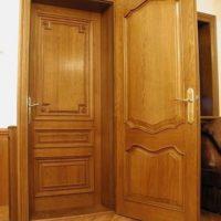 Однопольная филенчатая входная дверь