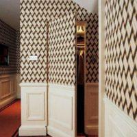 Дверь невидимка с комбинированной отделкой: обоями и стеновыми панелями