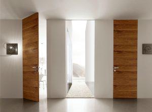 Скрытая дверь с отделкой шпоном