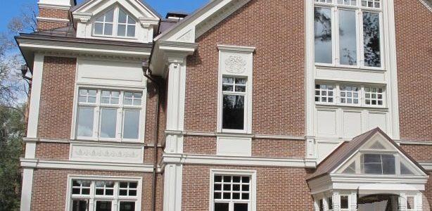 Большие белые окна из дуба для коттеджа