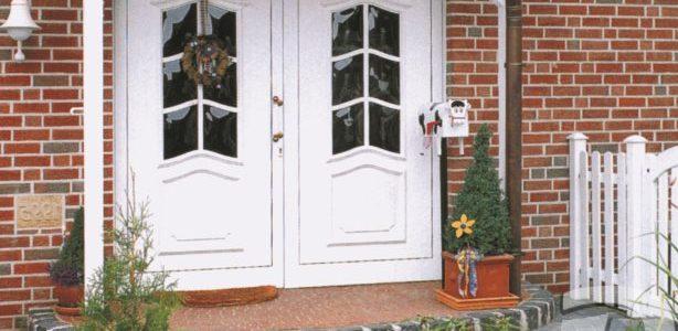 Широкие белые входные двери из массива дуба для коттеджа
