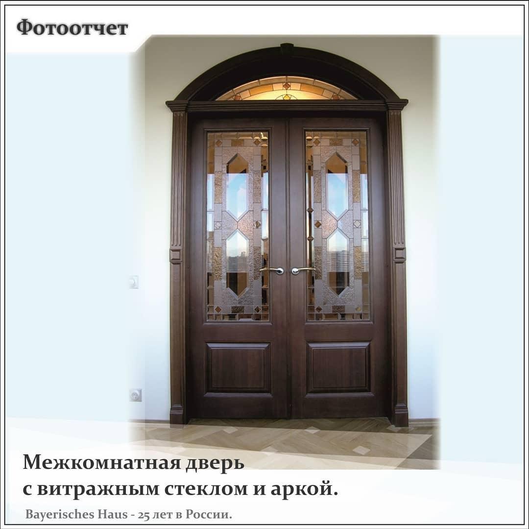 Межкомнатная дверь с аркой и витражным стеклом