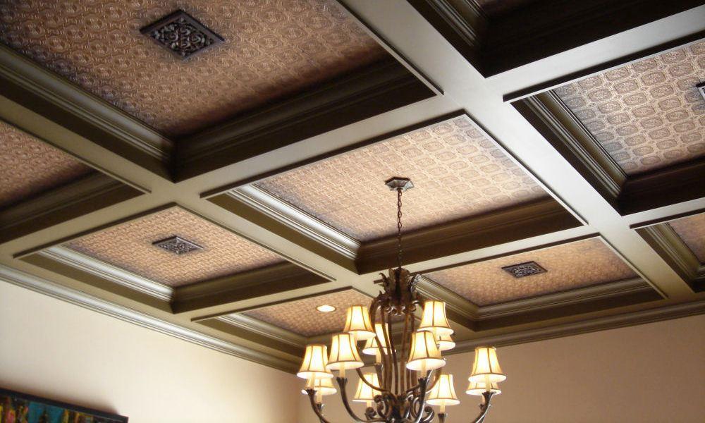 Декоративные балки с панелями на потолке