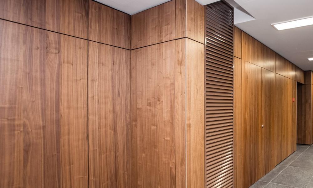 Монолитные панели с рустиком в холле