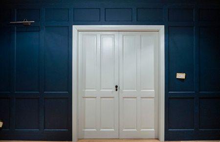 Деревянные панели Нео в сочетании с белой дверью