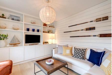 Отделка гостиной белыми реечными панелями