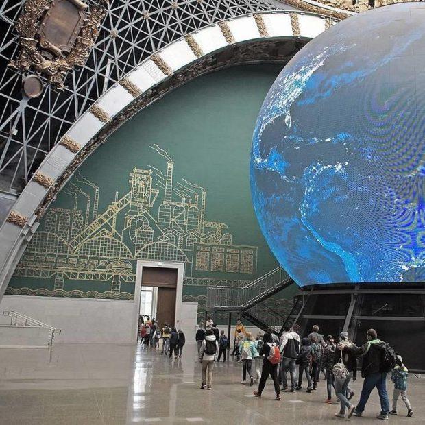 ВДНХ павильон «Космос» Входная дверь с фрамугой высотой 6 метров