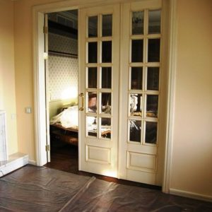 Межкомнатная дверь с тремя створками  из лиственницы, модель i  c нижней вставкой