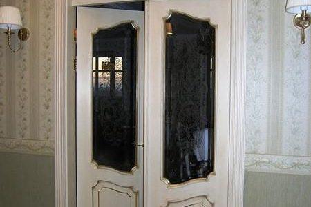 Былые межкомнатные двери двупольные из массива с витражным стеклом.