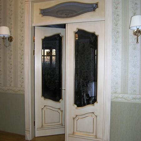 Межкомнатная дверь Классик -1 из массива дуба с золотой патиной и витражным стеклом