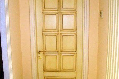 Входная дверь из лиственницы для квартиры