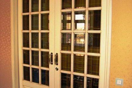 Межкомнатные двери из лиственницы, бронзовое стекло с фацетом.