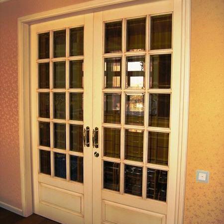 Межкомнатная дверь двупольная, цвет слоновая кость, из лиственницы, стекло с фацетом