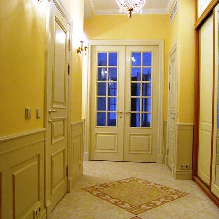 Межкомнатные двери Модель О2 и i, в сочетании со стеновыми панелями буазери, покрытые эмалью.